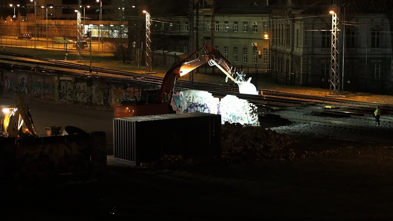 VIDEO | Ööl vastu eilset lammutati maha ohtlikuks muutunud tänavakunstiga kaunistatud loomelinnaku müür: