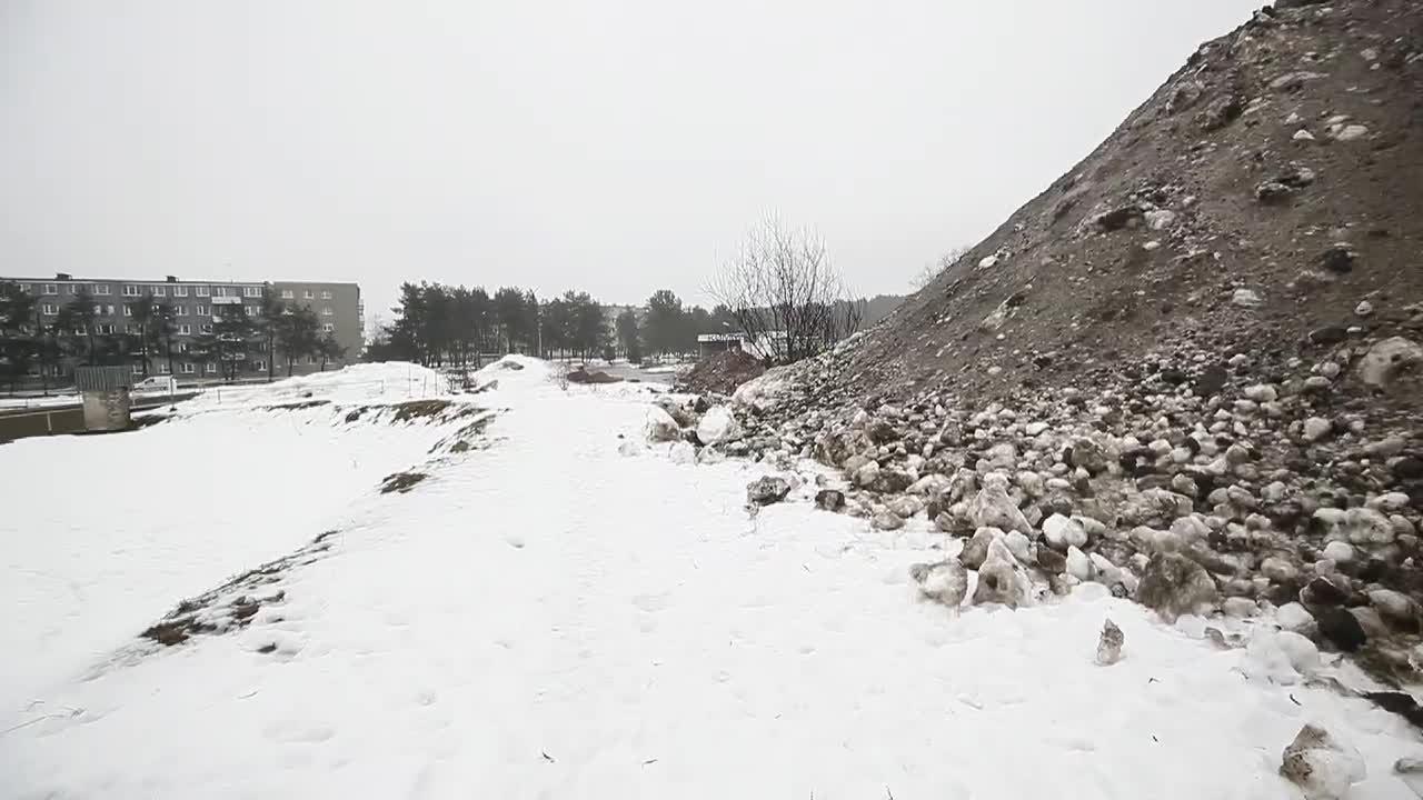 VIDEO JA FOTOD | Sütiste tee parkmetsa viiakse tänavatelt toodud räpast lund