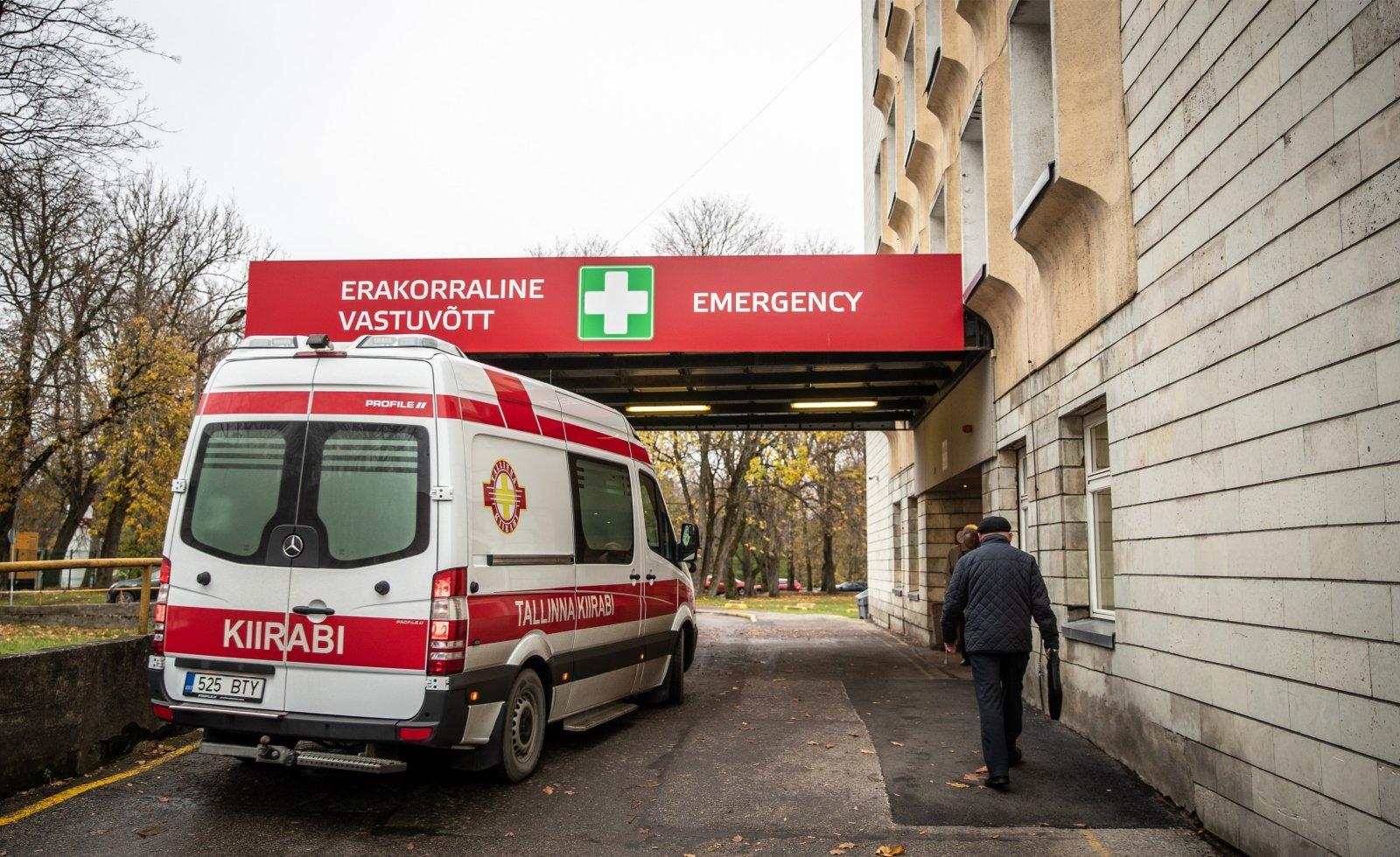 Seitse kiirabiautot seismas haiglaukse taga järjekorras - on see koroonakaose valus ilmestaja või mitte? Olukorda kommenteeritakse Ida-Tallinna Keskhaiglast ja