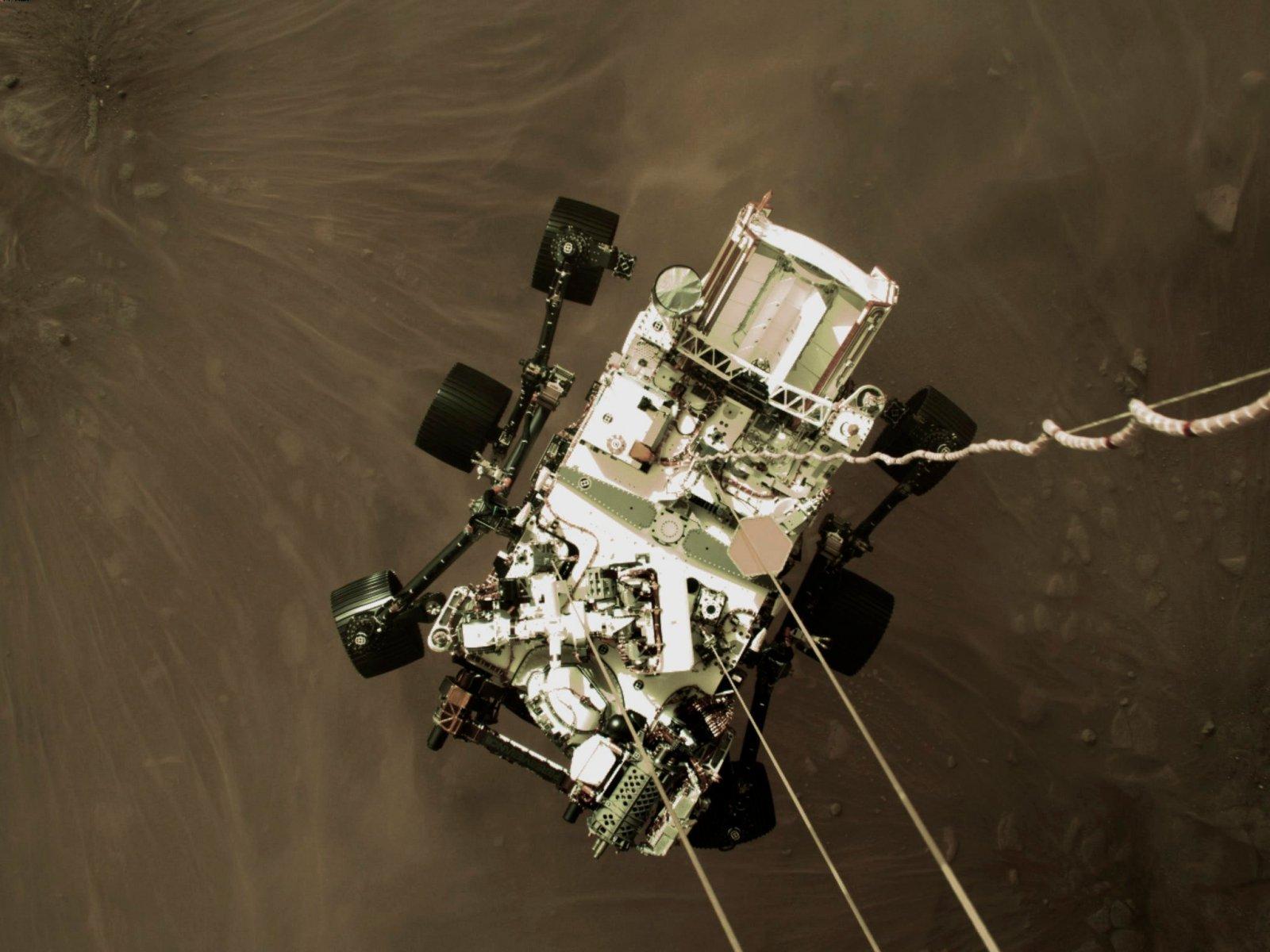 FOTOD | 19 000 km/h ja 1300 kraadi kuuma! NASA marsikulgur laskus punase planeedi pinnale