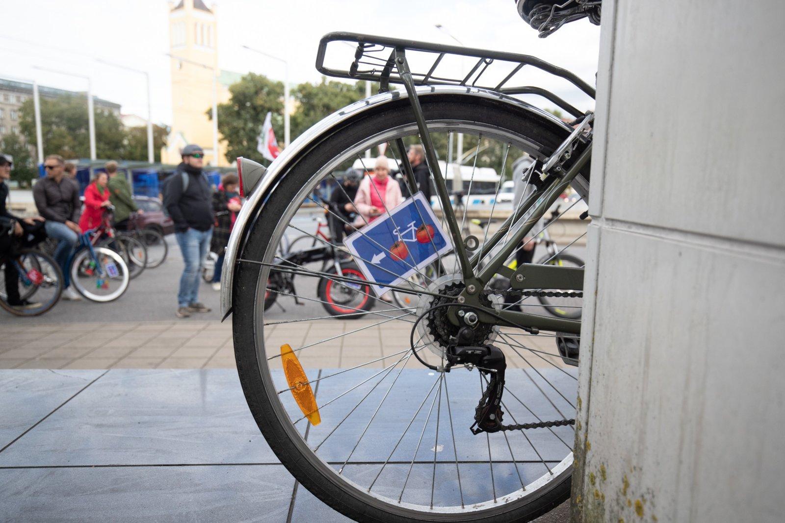 Andre Hanimägi jalgratturite survest:  tomatitega rohelist pealinna loopides lendavad kaikad me kõigi kodaratesse