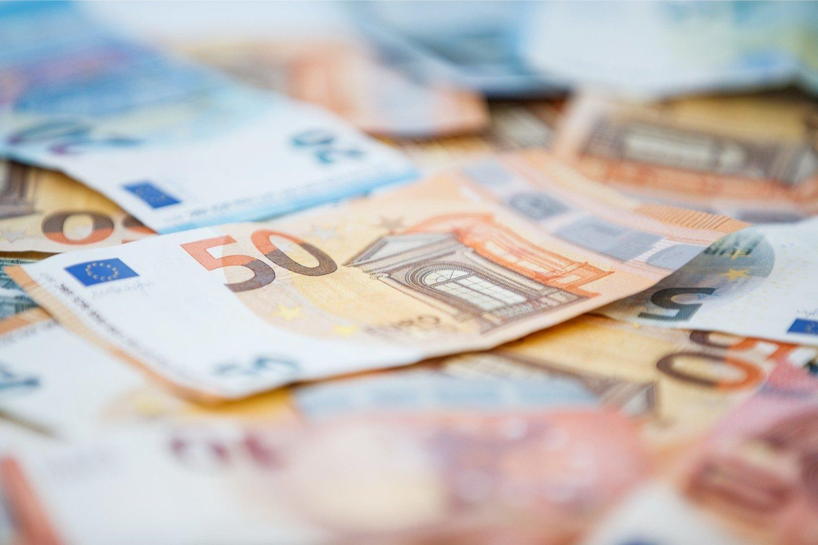 Tiit Elias töötas aastail 1998 – 2013 Rimis projektijuhina, saades oma ametiajal hankijatelt 530 868 eurot altkäemaksu. Eliase tööülesanneteks olid hanketingimu